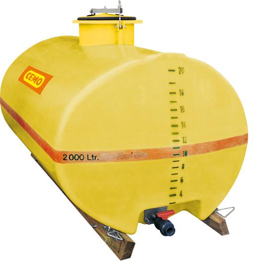Abb. ähnlich: GFK-Fass 2000 Liter mit Holzkufen und Dom mittig – Kugelhahn als Zubehör